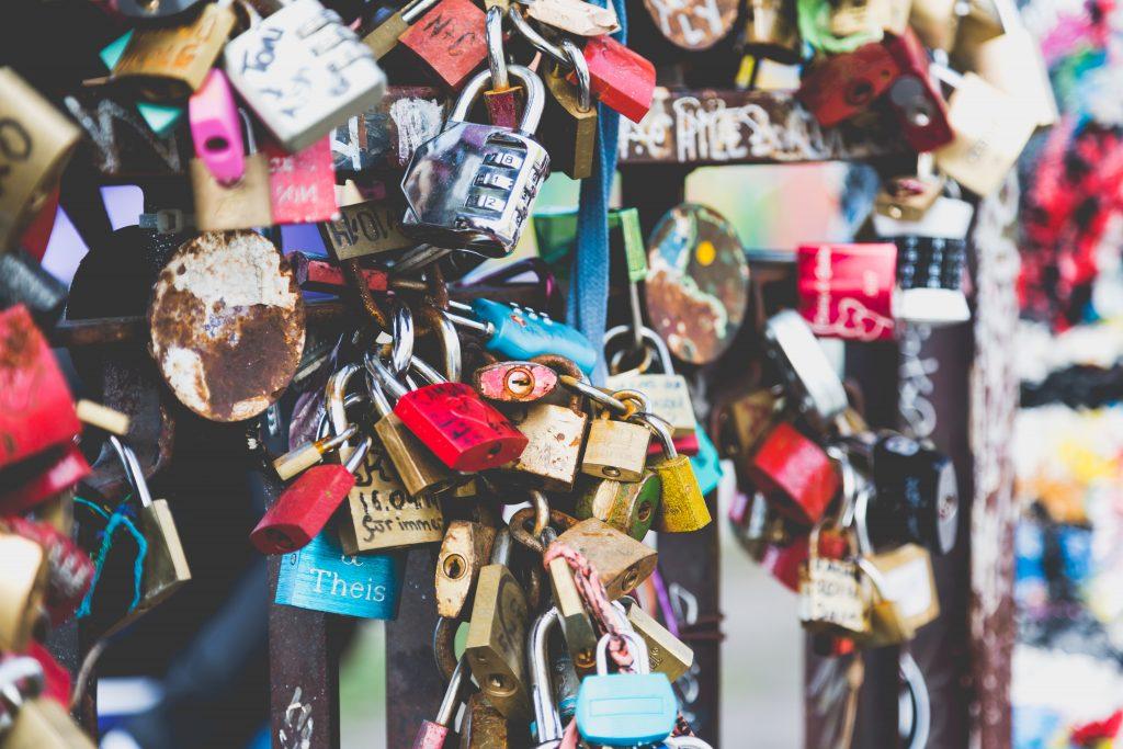 cadenas symbolisant les verrous et blocages de la mémoire