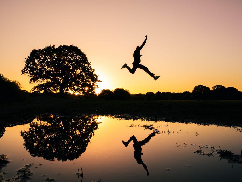 homme qui saute, libéré grâce à la techniques d'activation de conscience