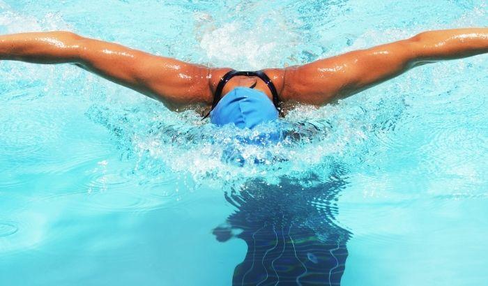 nageur de haut niveau en entrainement dans une piscine