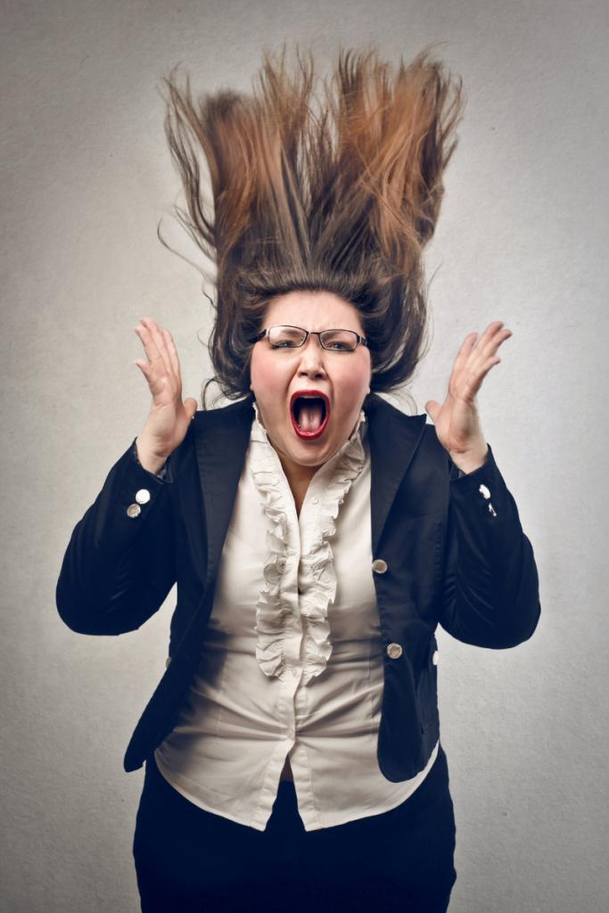 photo amusante d'une femme très stressée