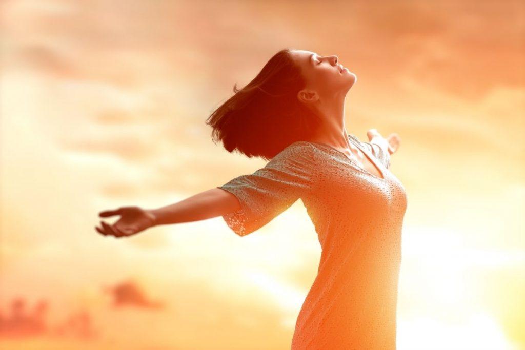 femme épanouie responsable de son bonheur