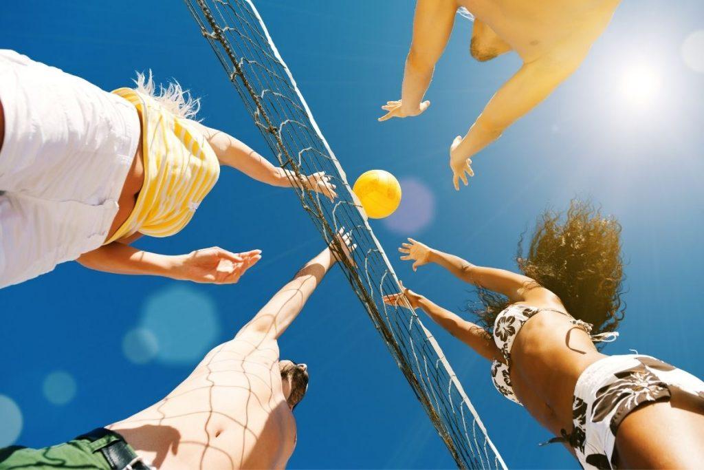 adolescents jouant au volley sur la plage