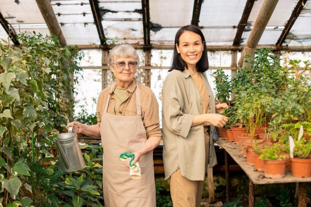 femme senior à la retraite enseignant le jardinage à une femme plus jeune